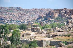 Вид на храм Виттала от группы памятников