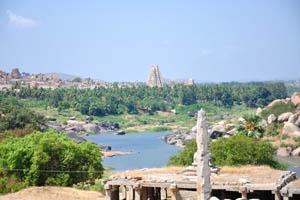 Вид на храм Вирупакша от группы памятников