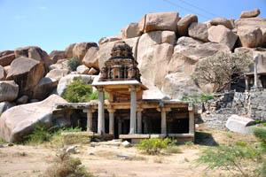 Один из небольших храмов