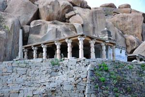 Небольшой храм с колонной верандой