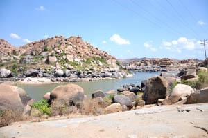 Река Тунгабхадра поворачивает вокруг скалистого холма