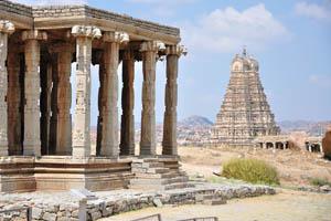 Вид на храм Вирупакша с дороги Хоспет-Хампи