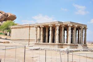 Храм с огромной колонной верандой