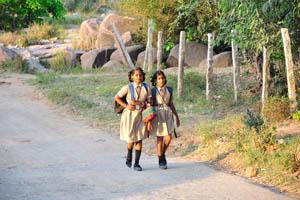 Школьницы возвращаются домой вдоль Акведуки Букки