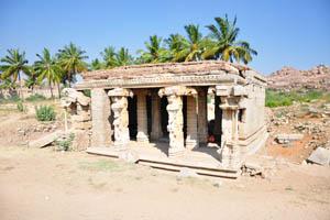 Комплекс Шрингарада Хеббагилу, небольшой храм