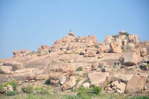 Храмы разбросаны повсюду на холме