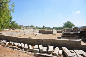 Один из храмовых фундаментов недалеко от стойл