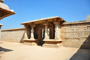 Хазара Рама означает тысяча изображений Рамы на стенах храма