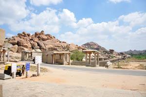 Возле храма проходит дорога Хоспет-Хампи