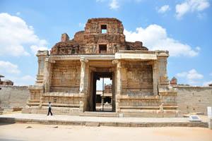 Вход (восточная арка) в комплекс