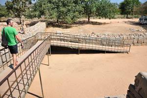 Этот мост ведет к Маханавами Диббе