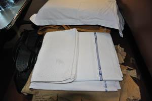 Две простыни и одно полотенце для лица