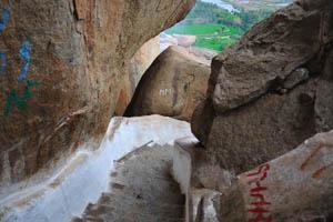 Лестница между огромными камнями