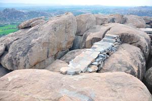 Небольшая каменная лестница между скалами