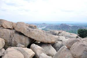 Круглые камни на вершине горы
