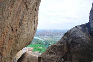 Огромные скалы на лестнице