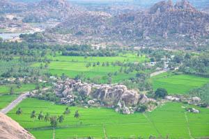 Небольшой холм был сформирован из огромных камней