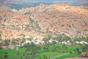 Каменистые холмы на задней стороне