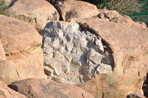 Серебряный камень находится внутри бронзового камня