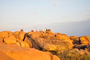Туристы пытаются сесть поудобнее перед закатом