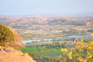 Храмовый комплекс Виттала и река Тунгабхадра перед закатом