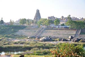 Вид на храм Вирупакша с реки Тунгабхадра