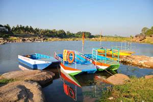 Моторные лодки на северном берегу реки