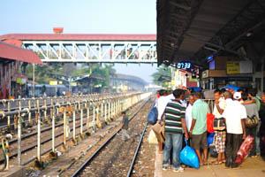 После восхода солнца, железнодорожная станция Мадгаон в 07:33