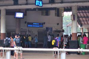 Железнодорожный вокзал Маргао в 7:05 полон людей