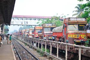 Железнодорожный грузовой поезд перевозит большое количество грузовиков