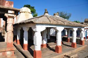 Небольшие здания храма с колоннами
