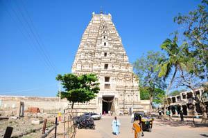 Вид на храм от базара Хампи