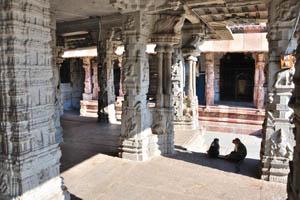 Столбы с религиозными орнаментом