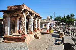 Небольшие здания храма около общественной ванны