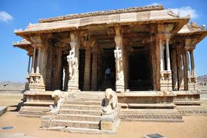 Один из храмов со слонами у входа