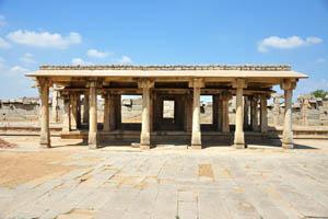 Колонный храм на западе