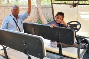Продавец билетов и водитель электромобиля