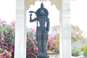 Первый идол, который вы видите при входе в храмовый комплекс