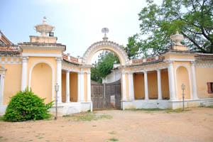 Правые ворота между дворами