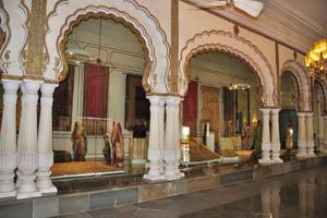Выставка сари внутри Афтаб-Махал