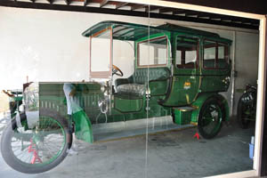 Ретро-автомобили: зеленый автомобиль
