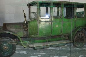 Ретро-автомобили: древний автомобиль с позолоченным металлическим зеркалом