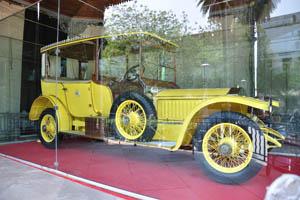 Огромный желтый Роллс-Ройс с королевской эмблемой
