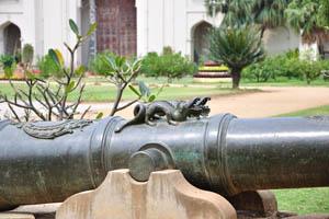 Мультяшные драконы выгравированы в верхней части древней пушки