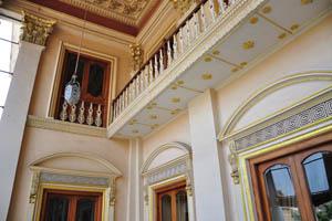 Богатые художественные работы на стенах и потолке