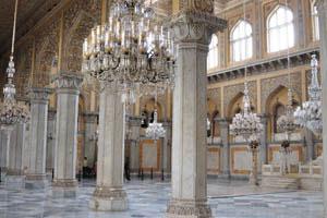 В зале Дурбар высокие колонны