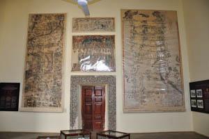 Древние карты на стене