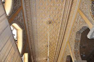 Искусная работа настенной росписи в зале Дурбар