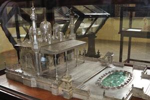 Миниатюра дворца сделана из металла