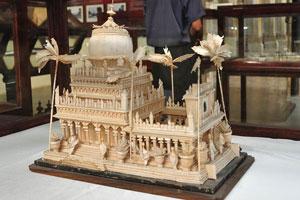 Деревянная миниатюра дворца